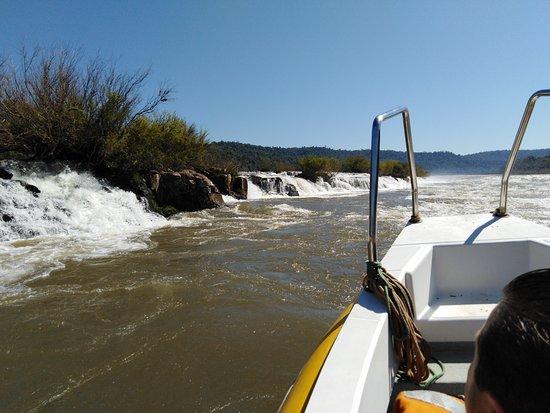 El Soberbio, Argentina: cuanto mas bajo esta el rio, los saltos se hacen mas altos. aca venia mucha agua por eso los sal