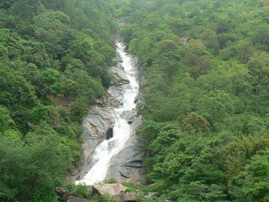Kamiamakusa, Ιαπωνία: 観音池と呼ばれる教良木ダムのダム湖に、巨大な岩盤の斜面から水が流れ落ちています。別名「轟きの観音滝」と呼ばれ、滝の中腹には小さな観音像が滝として置かれています。