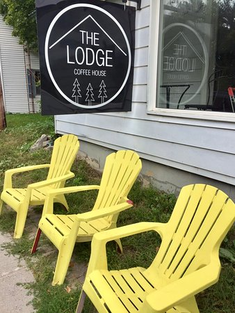 Bath, Canada: The lodge cafe had yellow chairs