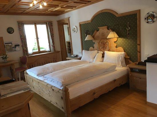 Tarasp, Suisse: Zimmer mit Ankleideraum und grossem Bad