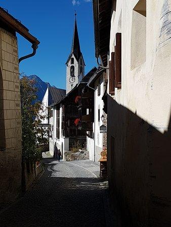 Guarda, Schweiz: Gurda mit Kirche