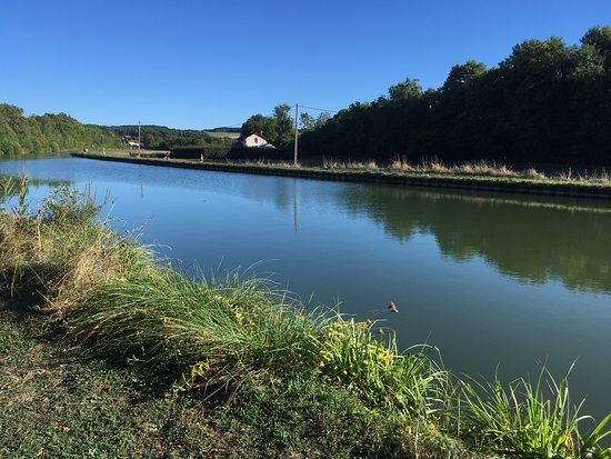 Kanaal de Bourgogne, op de achtergrond de eerste huizen van Tanlay