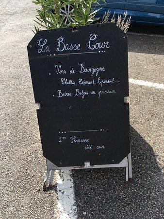 La Basse Cour: Bord bij de bistro. Aan de muur van het restaurant staat de plat du jour elke dag opgeschreven.