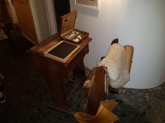 Guarda, Schweiz: Schulbank im Museum Schällenurseli