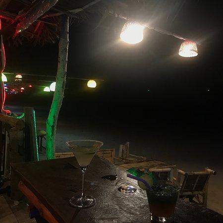 Reuathong Restaurant & Bar: Happy hours 18h/20h  Sur tout les cocktails Endroits sympa sur la plage, accueil agréable  Nourr