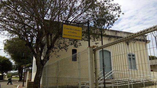 Aracruz, ES: Vista frontal do Museu com suas rampas para pessoas de mobilidade reduzida