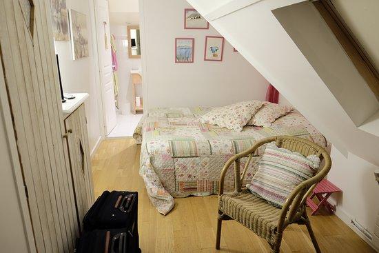 Bonneville-sur-Touques, فرنسا: Vous appelez celà une chambre ?