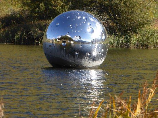 Tarasp, Switzerland: Vue sur le lac et la boule de Not Vital