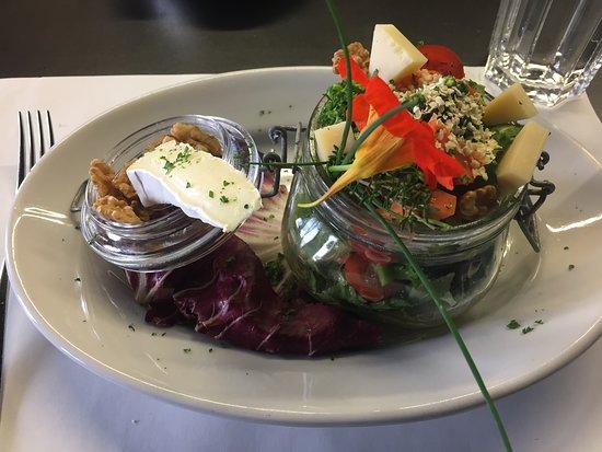 Zollikofen, سويسرا: Frischer, feiner und kreativer Salat als Hauptgang