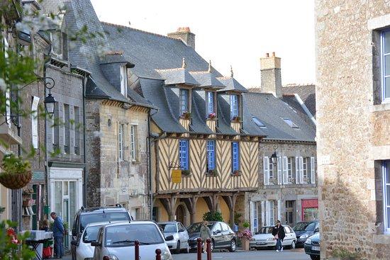 Becherel, France: Casa típica junto a la plaza
