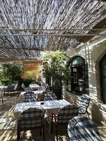Duce, Croatia: Bon restaurant avec un très joli cadre et une jolie terrasse