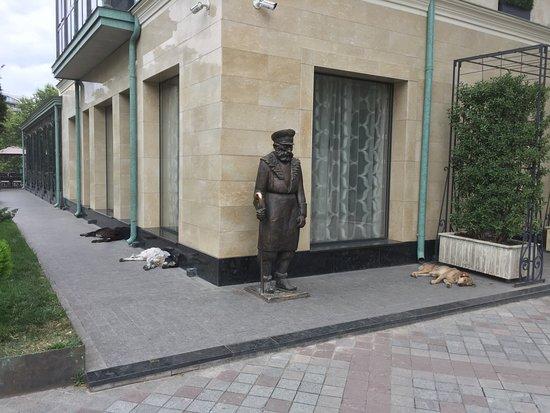 Sculpture Dvornik na Shavteli