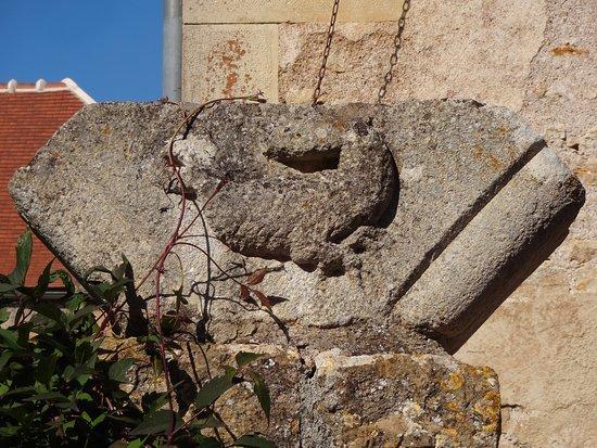 Montreal, France: Un des salamandres gravées, emblème de François 1er