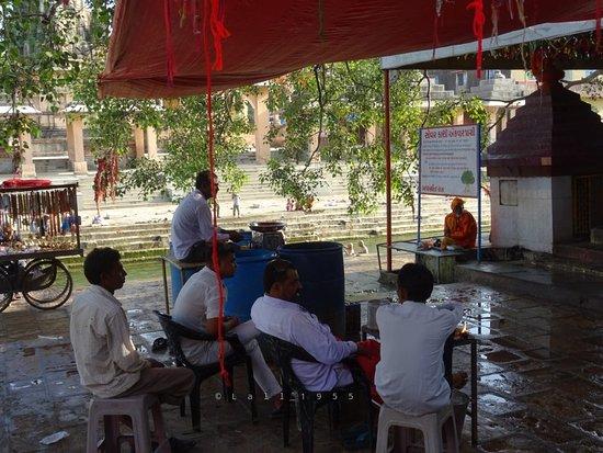 Prachi Tirth: लोटा और जल उपलब्ध कराने के लिए पंडा जी