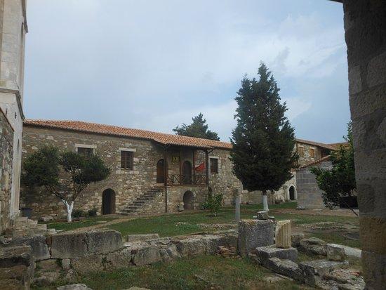 Apollonia: La cour de l'église