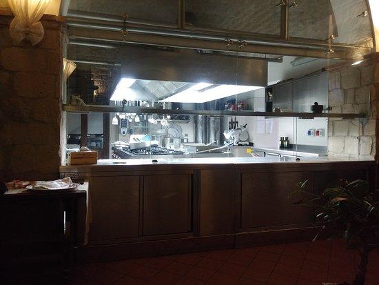 la cucina, con vista al ristorante - Picture of Tenute del Gheppio ...