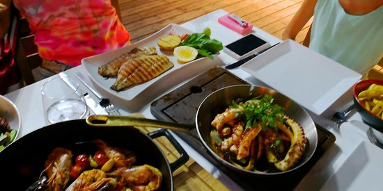 Remek ételek, szép kilátással csak zajosan...