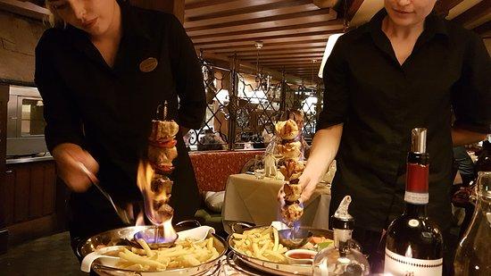 Restaurant Lapin: Der Spiess wird am Tisch flambiert