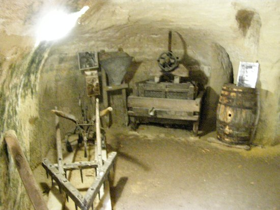 Louresse-Rochemenier, France: Cellier avec le pressoir