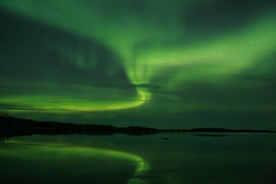 Lynn Lake, Canadá: Early September Northern Lights over Egenolf Lake