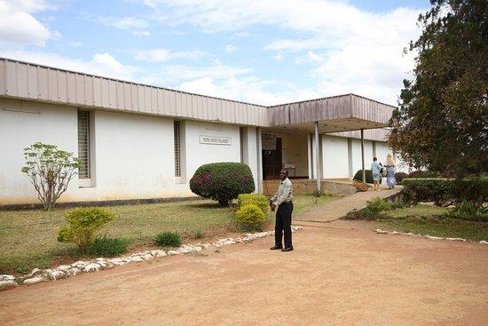 Mbala, Zambia: Przed wejściem do muzeum Moto Moto