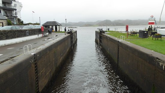"Crinan sea lock in front of the ""Seafood bar"""