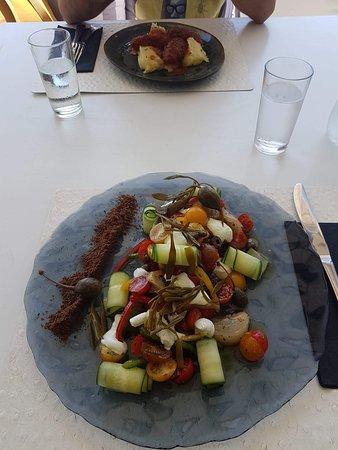 Nesaea: Greek salad totalmente rielaborata e molto più gustosa