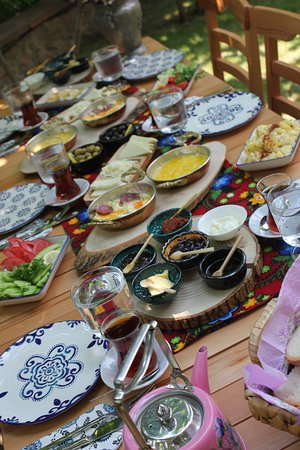 Golcuk, Turkey: Aşgana Taş Ev'de serpme kahvaltı keyfi..