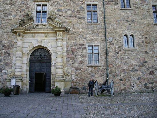 Orebro Castle : Пушка 18 века, ствол заглушен, как символ нейтралитета Швеции