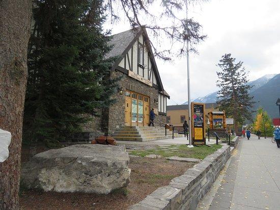 Banff Visitor Centre: It enhances the beauty of Banff Avenue
