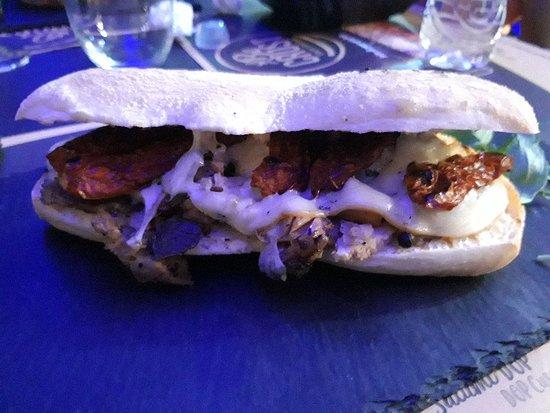 Lago Patria, Italien: Un panino eccezionale. I suoi ingredienti: Porchetta di Ariccia, scamorza, gambetto piastrato, p