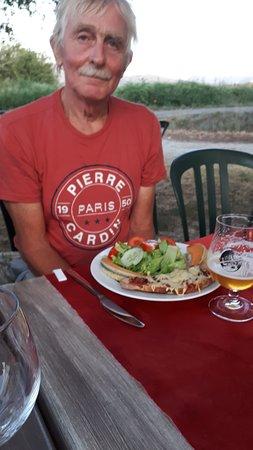Soyans, Francja: tafelgenoot kijkt nog even de lens in voor hij zijn voorgerecht eet