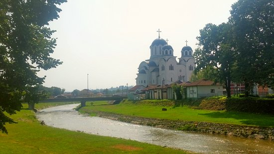 Valjevo, Serbia: Chiesa vicino al fiume