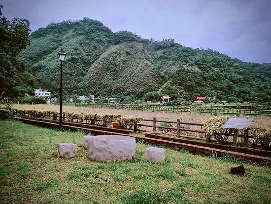 Xindian, تشنباي: 視野開闊,彷彿桃花仙境,有適合野餐的石桌椅跟草皮