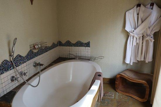 Djuma Game Reserve, แอฟริกาใต้: Bathroom - tub area. Shower not shown