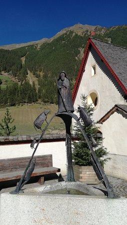 Madonna di Senales, Италия: Monumento al pastore davanti alla chiesa
