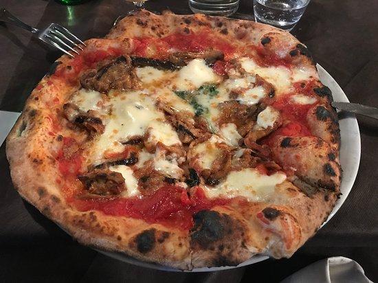 La Bella Napoli: pizza siciliana con parmigiana di melanzane
