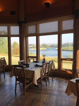 Swan Valley, Айдахо: Inside dining looking at river