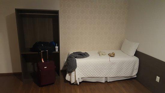 Manhuacu, MG: Quarto espaçoso e com camas confortáveis.