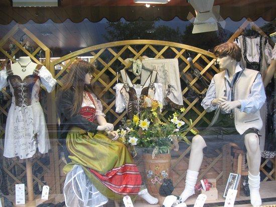 Salzburg, Österreich: Зальцбург. Австрия. В одной из деревушек в окрестностях Зальцбурга. манекены в магазине одежды
