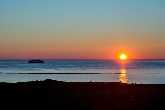 Slettnes Fyr: Hurttigruten auringonlaskun aikaan