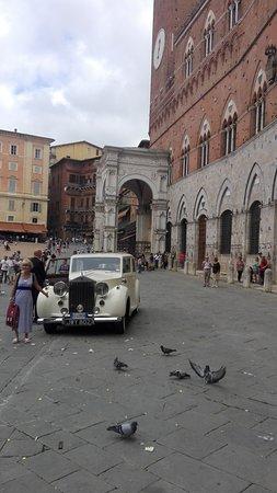 Palazzo Pubblico and Museo Civico: Palazzo Comunale. Auto degli sposi.