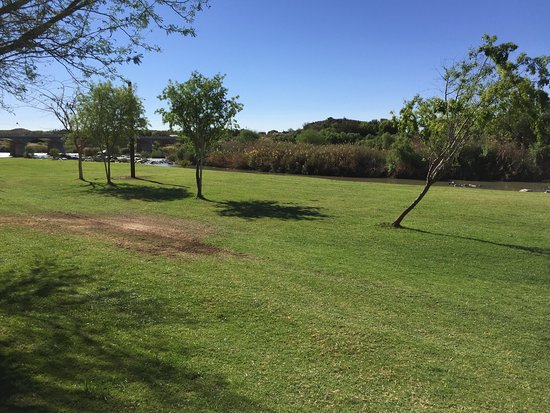 Keimoes, Südafrika: Lawn down to the Orange River