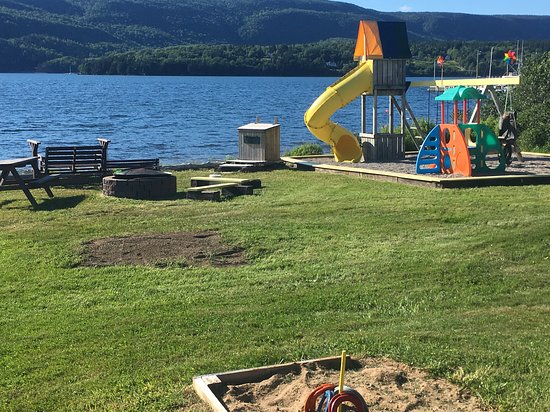 Big Bras d'Or, Canadá: horseshoe, fire pit and children's play area