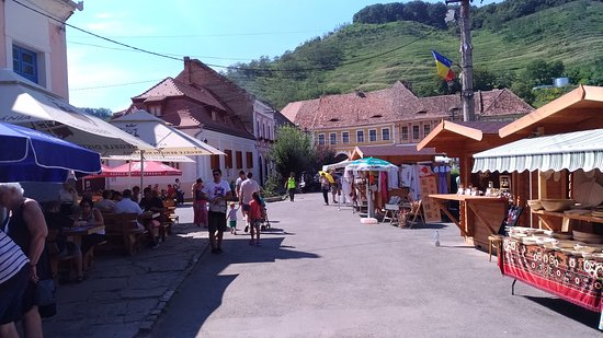Biertan, Rumunia: village center, in front of the fortified church