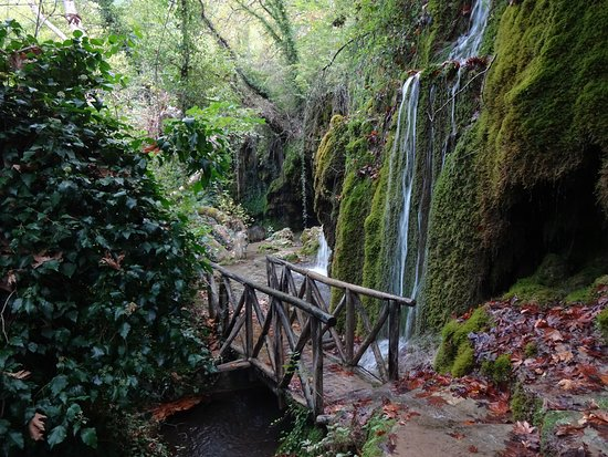 Skra, Grécia: Lower waterfall reached by lower path, it was waterlogged beyond the small bridge