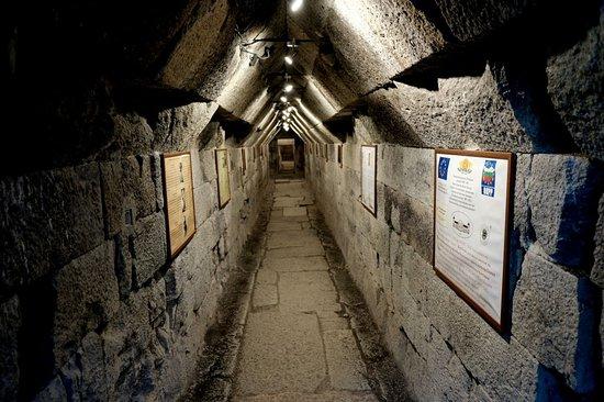 Mezek, Bulgaria: Girişte ise iki dikdörtgen şekilli bölümü geçtikten sonra yüksek kubbeli mezar bölümü bulunuyor.