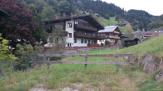 Dienten am Hochkönig, Austria: die Rückseite des Hauses mit schönen Blick auf die Berge und Weiden
