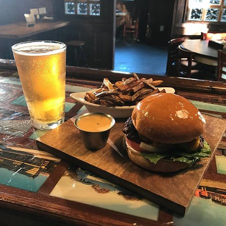 Hogansville, GA: Burgers and craft beer....they got em good!