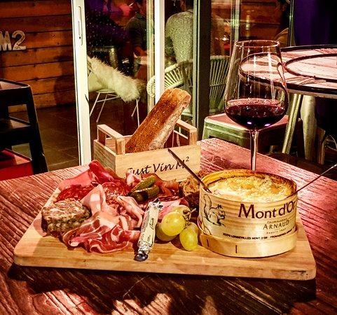 Just Vin M2: La planche Mont d'Or accompagnée de sa charcuterie ! ❤️😍 Ajoutez y un verre de Châteauneuf-du-p